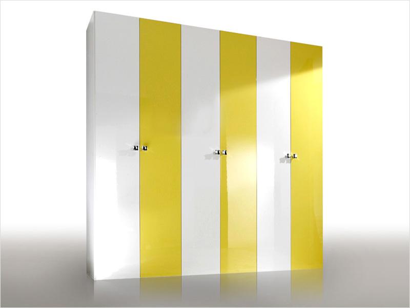 распашной шкаф покрытый цветной пленкой